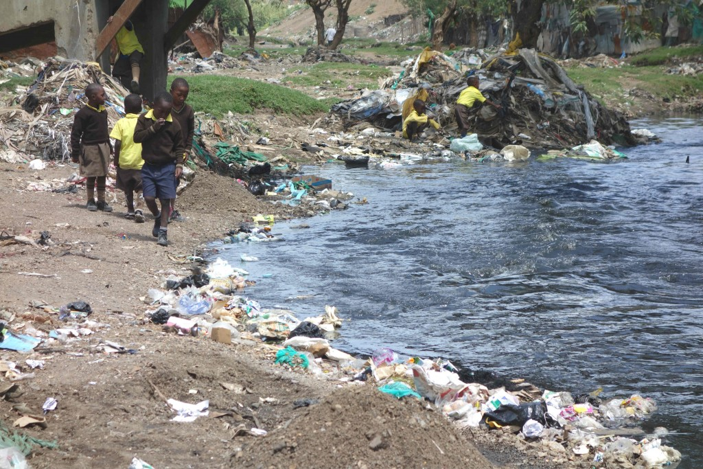 black river børn og affald-red