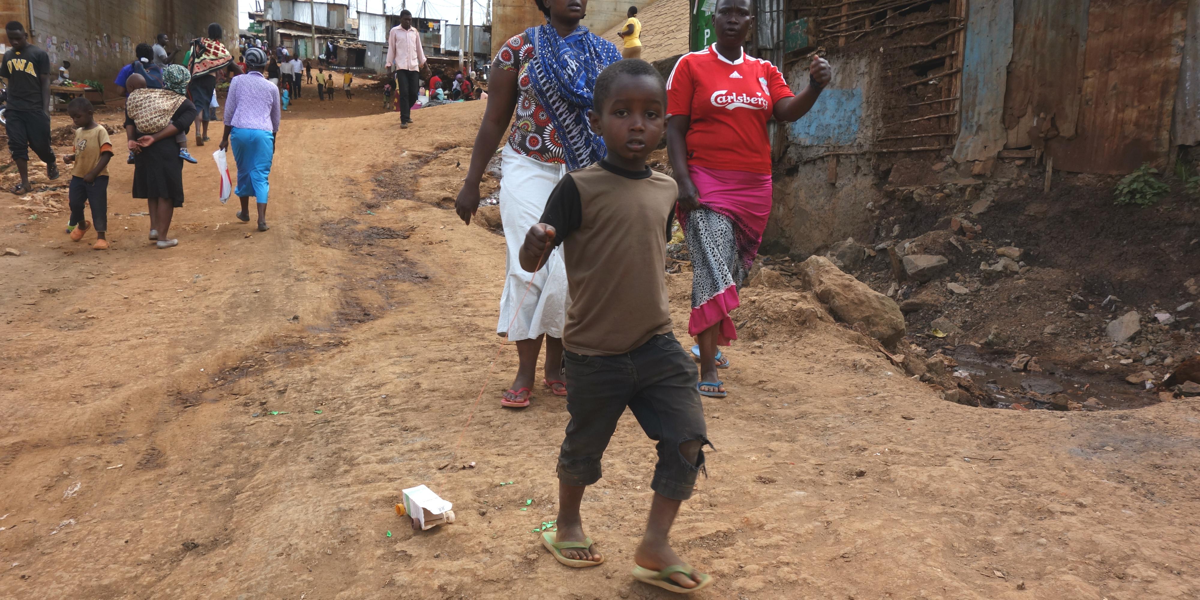 Kibera dreng med legetøjsbil 4000x2000